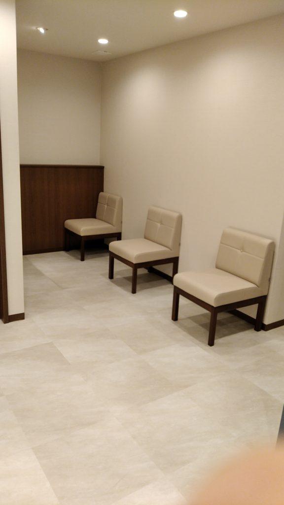 人と向かい合わずに座れる池袋の精神科の待合室